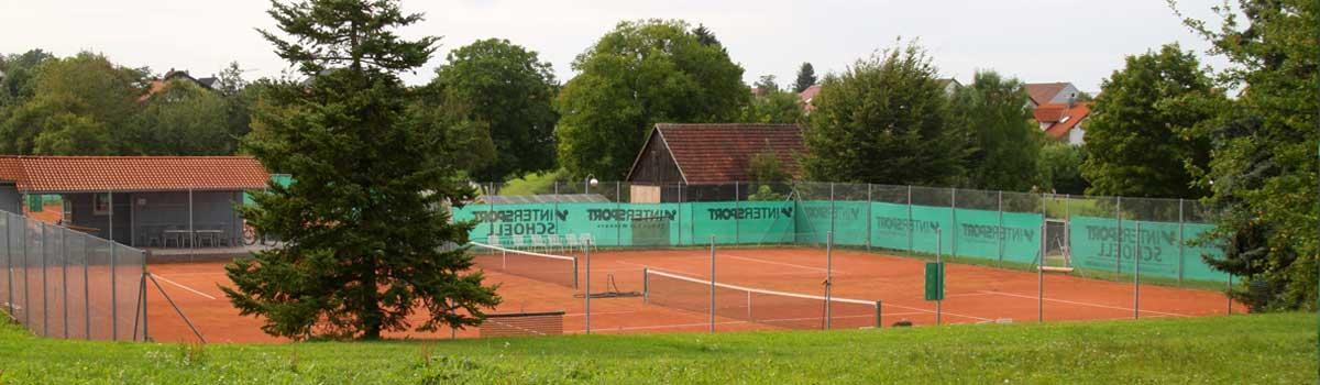 Blick auf die Tennisanlagen von Süd-Osten, 2 Tennisplätze liegen im Vordergrund